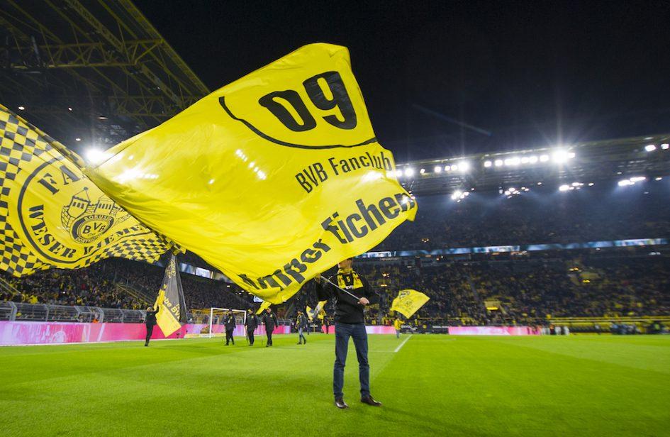 BVB Fanclub Amper Eichen Fahne auf dem Spielfeld